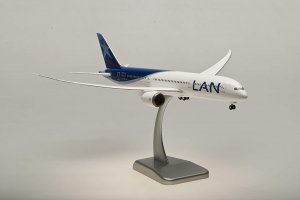 Lan Airlines Boeing 787-9 Dreamliner with gears and stand 1.200 scale Aircraft Model Hogan HG0038